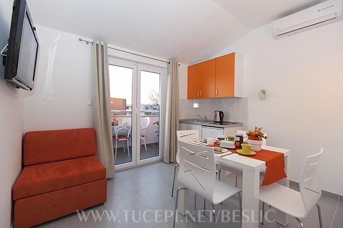 Wohnzimmer, Fernsehen, Ausgang auf Balkon