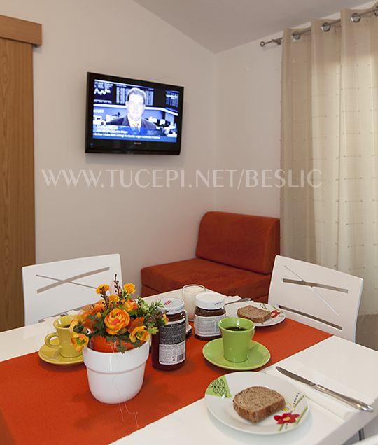 Fernsehen, Tisch mit Essen