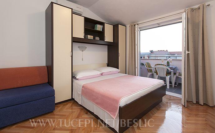 Schlafzimmer mit der Ausgang auf Balkon