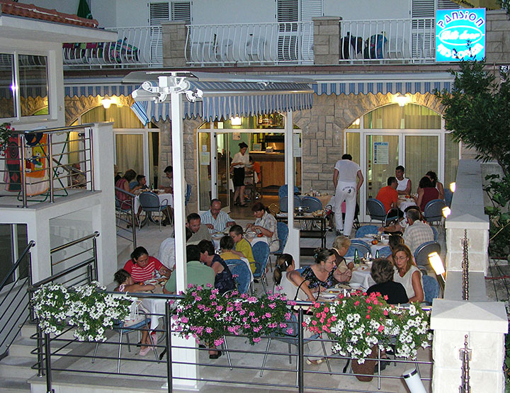 Pension Bili Dvor, Tučepi - restaurant at night