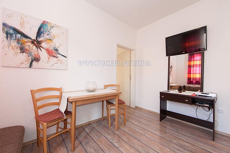 apartments DIVA, Tučepi - dining table, TV