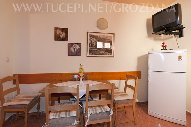 dinning table and refridgerator, Kühlschrank