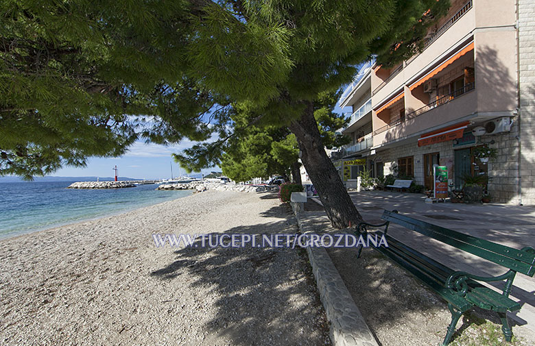 Tučepi - apartments Grozdana - Promenada and beach in front of house
