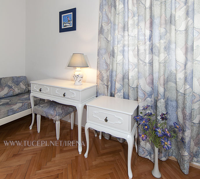 tables, table lamp, flowers