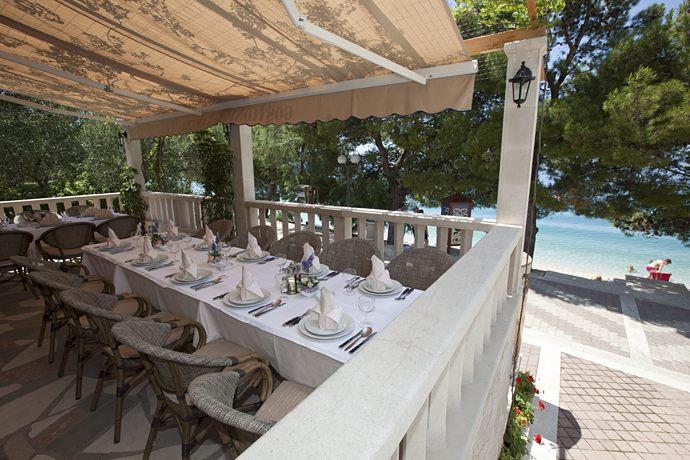 restaurant wit sea view