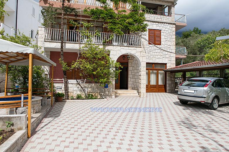 apartments Villa 750, Knežević, Tučepi - parking, garden