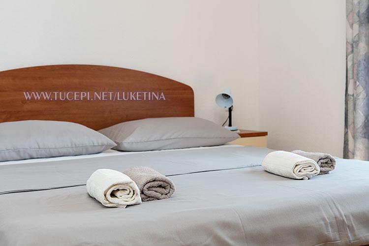 apartments Luketina, Tučepi - detail, towels on the bed