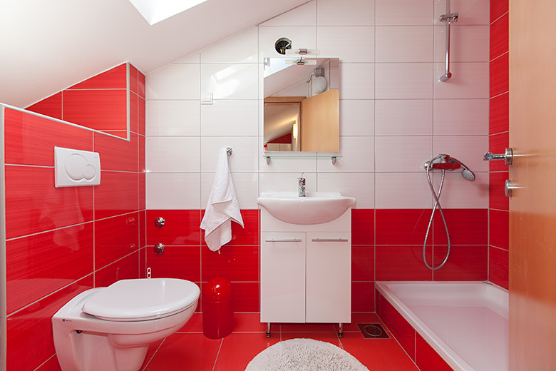 bathroom - red white perfect combination