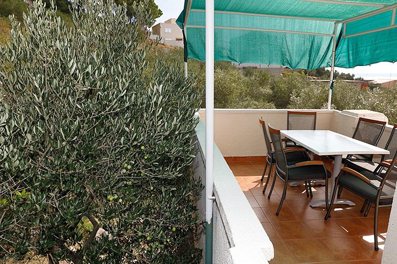 Apartments Matić 4:A6, Tučepi: terrace in olive wood