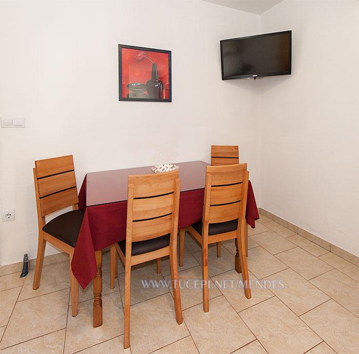 apartment Mendeš Tučepi - dining table