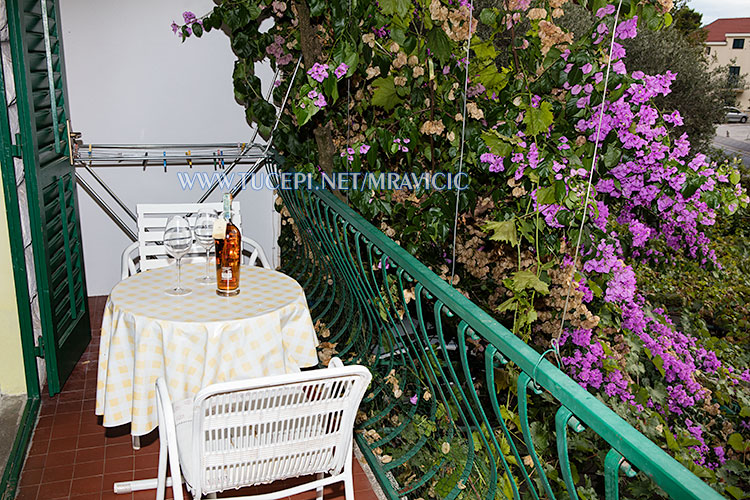 apartments Mravičić, Tučepi - balcony in flowers