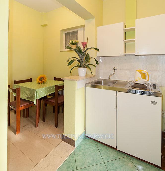 apartments Mravičić, Tučepi - kitchen