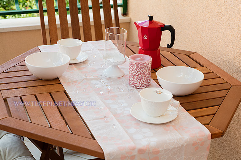 apartments Mravičić, Tučepi - table with glasses and plates