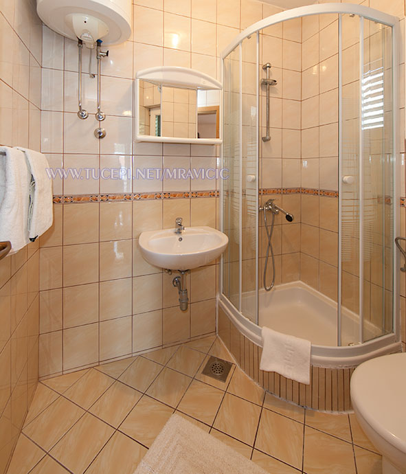 apartments Mravičić, Tučepi - bathroom