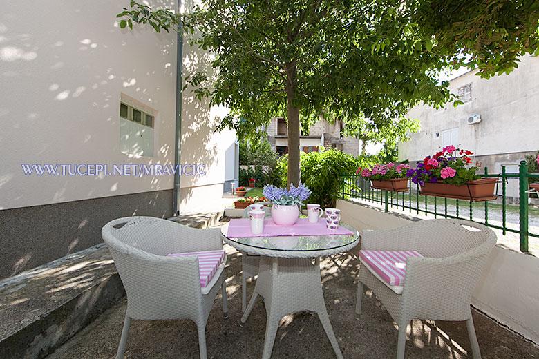 apartments Mravičić, Tučepi - garden