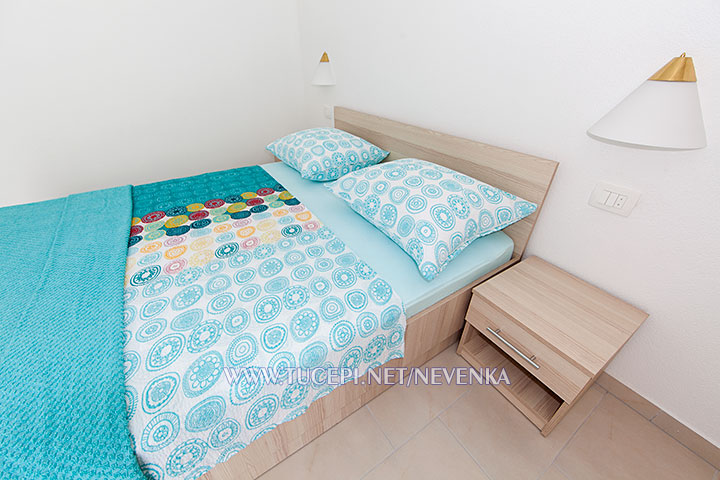 Tučepi, apartments Nevenka - double bed, closer look