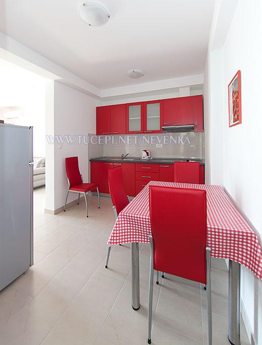 Tučepi, apartments Nevenka - kitchen, dining room in red color variations