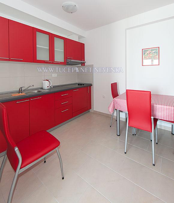Tučepi, apartments Nevenka - kitchen, dining table
