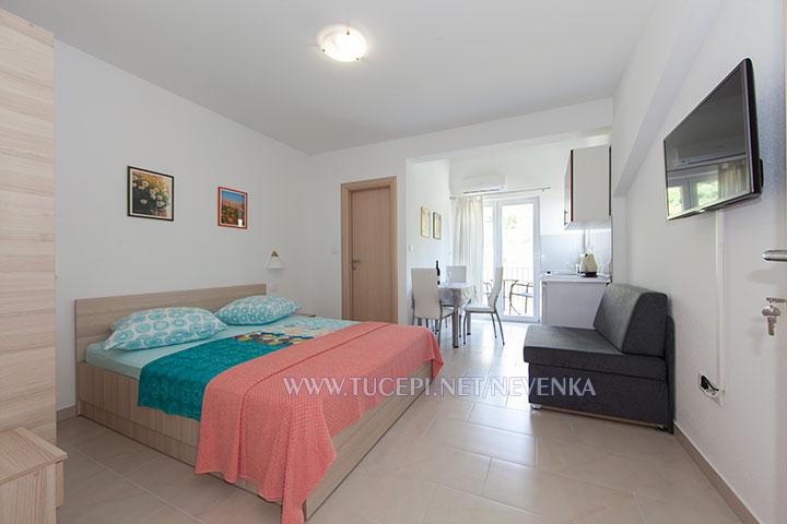 Tučepi, apartments Nevenka - bedroom, interior panorama