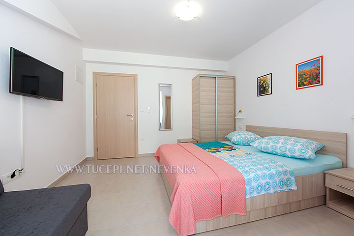 Tučepi, apartments Nevenka - bedroom, wardrobe