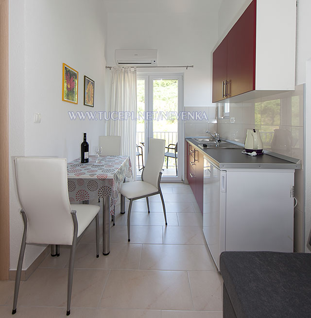Tučepi, apartments Nevenka - dining table, kitchen
