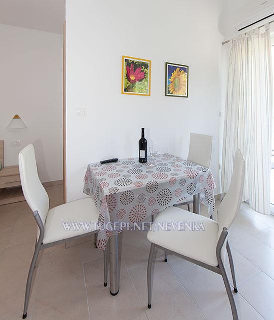 Tučepi, apartments Nevenka - wine bottle on the dining table