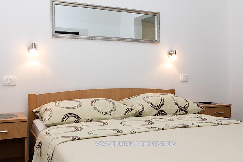 apartments Nevenka, Tučepi - bed, closer look