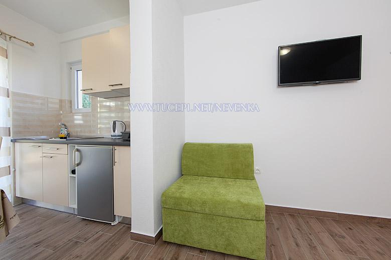apartments Nevenka, Tučepi - kitchen, sofa, TV