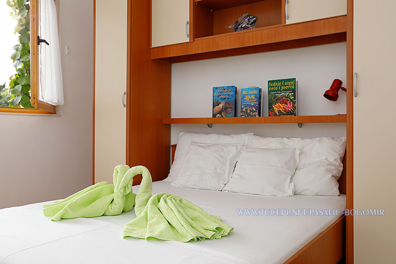 Apartments Bogomir Pašalić, Tučepi - bed towels swam