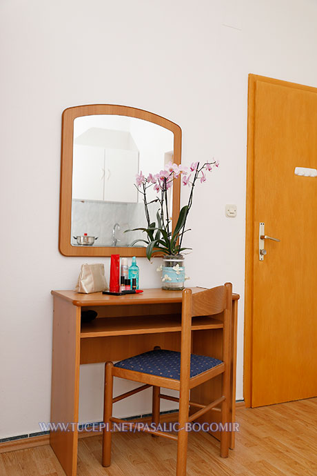 Apartments Bogomir Pašalić, Tučepi - dressing table