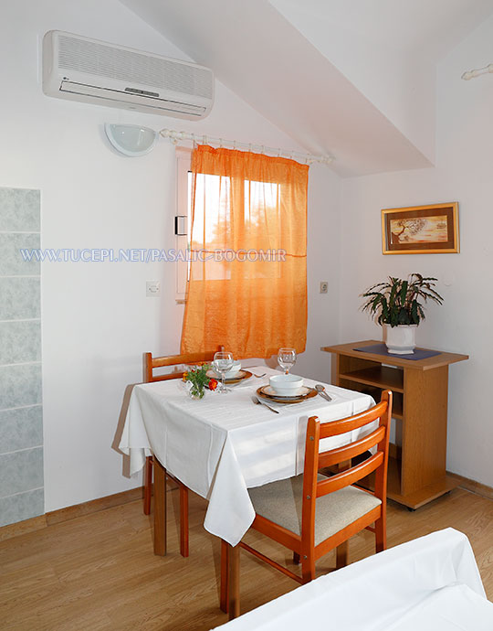 Apartments Bogomir Pašalić, Tučepi - dining table