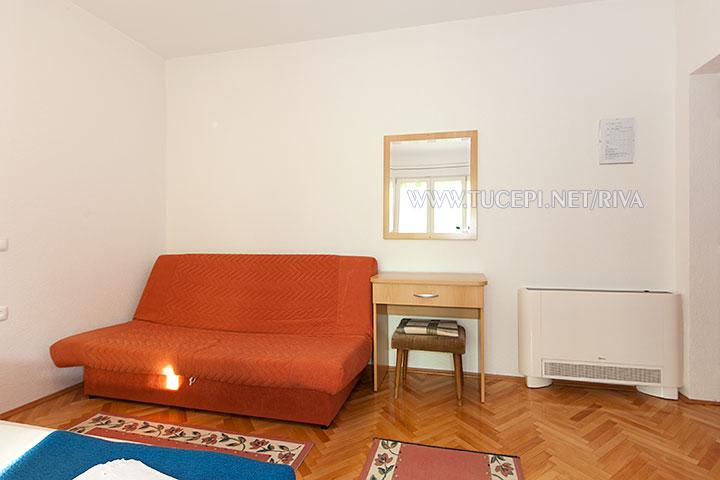 Tučepi, apartments Marija - sofa, air-conditioning unit, mirror