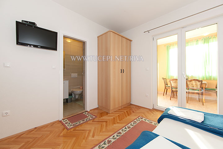 Tučepi, apartments Marija - interior details: TV, wardrobe