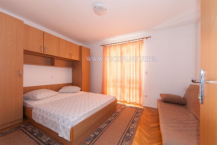 Tučepi, apartments Marija - first bedroom with closed curtains