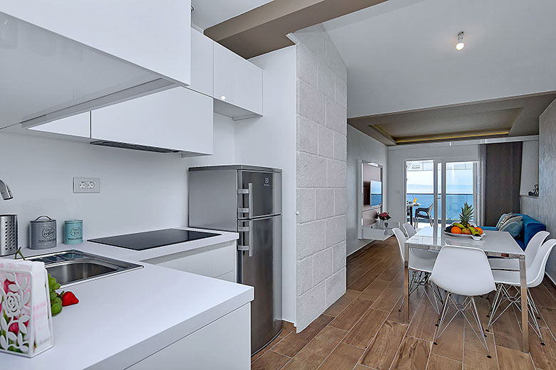 apartments Riva, Tučepi - kitchen, dining table