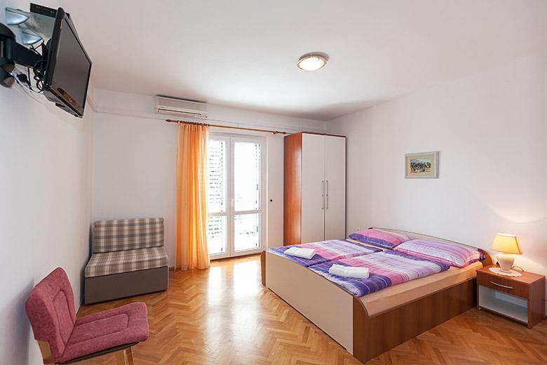 Schlaffzimmer, Zusatzbett, Fernsehen, Klimaanlage