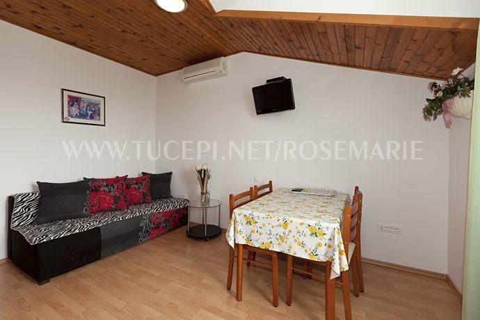 Wohnzimmer, Esstisch, Sofa, Fernsehen, Klimaanlage