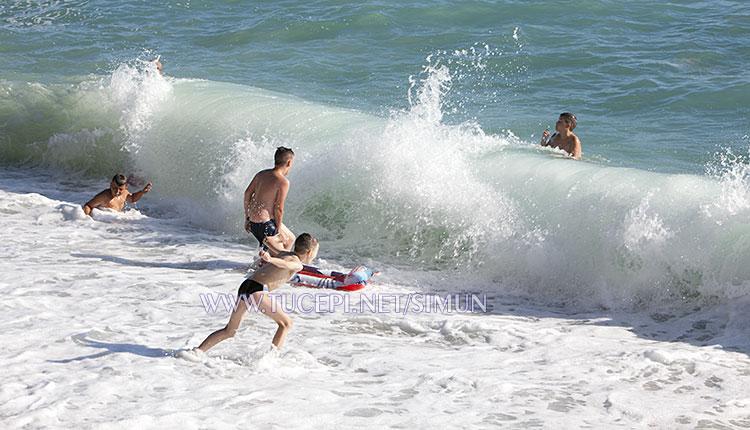 Tučepi children playing in big sea waves