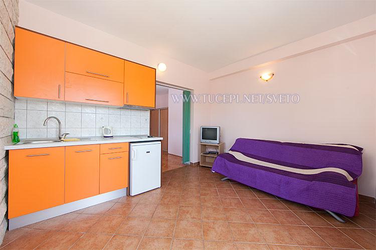 apartments Sveto, Tučepi - kitchen, sofa