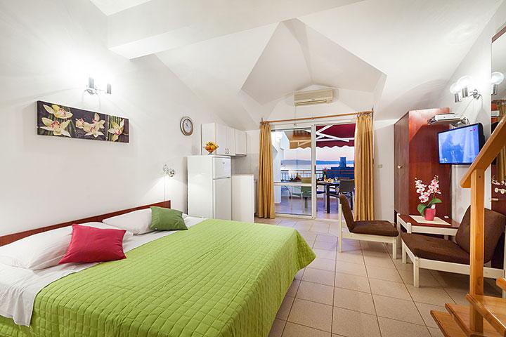 Villa Nela, Tučepi apartments - bedroom rich of colors